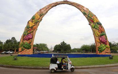 El arco de entrada de Puerto Gaitán.