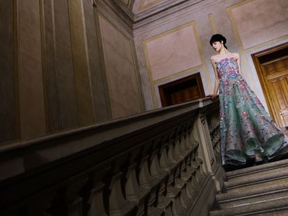 Un diseño de Giorgio Armani Privé, la colección de alta costura del italiano, presentada en enero de 2021.