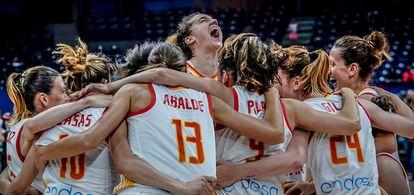 Nicholls, en el centro de la piña de la selección celebrando el oro en el Eurobasket de 2019. feb