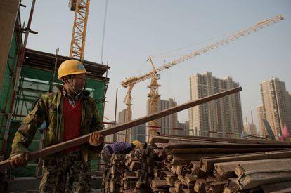 Un trabajador de la construcción trabaja en una obra en Pekín