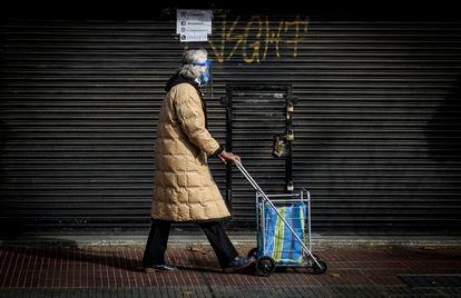 Una mujer empuja un carrito en una calle de Buenos Aires durante el confinamiento de julio pasado.