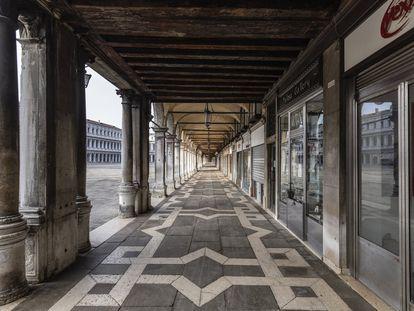 En la foto, los soportales de la plaza de San Marcos. En vídeo, los venecianos hablan sobre el futuro de su amada ciudad.