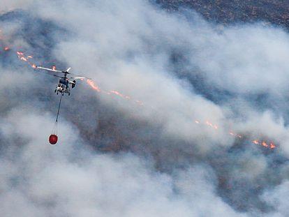 Helicópteros contra incendio intentando apagar el fuego de la Sierra Bermeja, visto desde el cerro de la Silla de los Huesos, a 13 de septiembre 2021 en Casares (Málaga) Andalucía 13 SEPTIEMBRE 2021 Álex Zea / Europa Press 13/09/2021