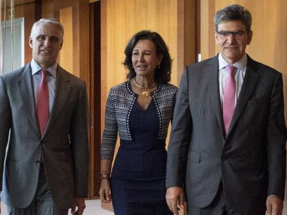 Andrea Orcel, a la izquierda, Ana Botín y José Antonio Álvarez, en una imagen de septiembre de 2018, cuando se anunció el fichaje del italiano.