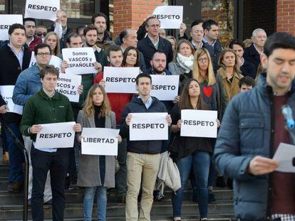 El presidente del PP vasco, Alfonso Alonso, con miembros de la juventudes del partido protestan por la paliza a un estudiante.