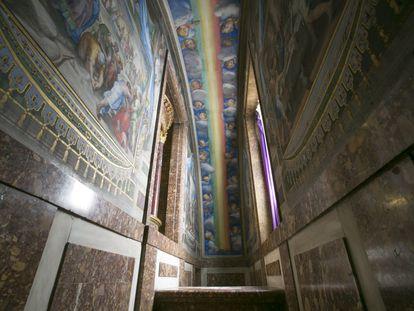 Camarín del altar de la basílica, con la decoración del arcoiris de Tibaldi, en el Monasterio de San Lorenzo de El Escorial.