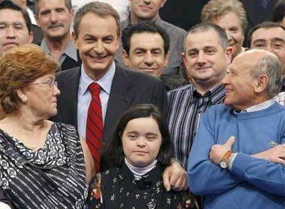 El presidente del Gobierno, José Luis Rodríguez Zapatero, posa junto al público de 'Tengo una pregunta para usted'
