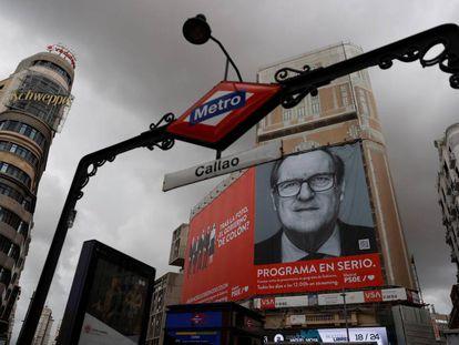 Un cartel electoral gigante del candidato del PSOE a la Presidencia de la Comunidad de Madrid, Ángel Gabilondo, colocado en la fachada de uno de los edificios de la madrileña plaza de Callao.