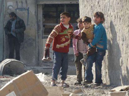 Unos niños en las calles de Alepo tras un bombardeo sobre la ciudad, el 11 de febrero.
