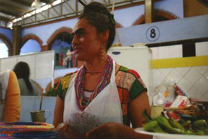 """""""¿Tú crees que esta es Frida Kahlo o no?"""", pregunta Mario Bellatin sobre la mujer que fotografió para su libro 'Las dos Fridas'."""