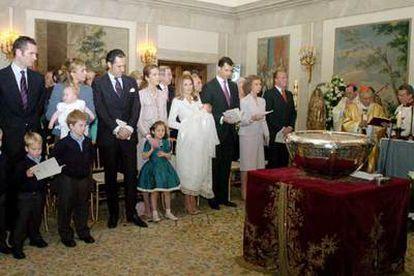 La familia real, durante la ceremonia del bautismo, oficiada por el cardenal Rouco Varela en el palacio de la Zarzuela.