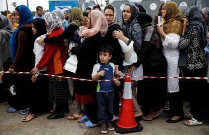 Un grupo de refugiados hacen cola el martes para recibir ayuda humanitaria en el aeropuerto Hellenikon de Atenas (en desuso).