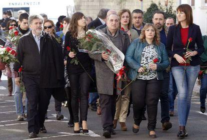 Idoia Mendia, con Iñaki Arriola y Jesús Eguiguren junto a la viuda y una de las hijas de Isaias Carrasco