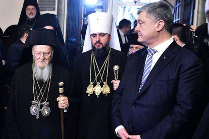 Poroshenko (derecha) junto al patriarca Bartolomé I (izquierda) y el Metropolitano Epifanio, líder de la iglesia ucrania, este sábado en Estambul.