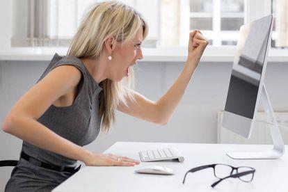 """<br> La comunicación no verbal brilla por su ausencia en los mails. Sin embargo, escribir en mayúsculas sí proporciona una lectura no verbal clara: la de la agresividad o la exigencia. <b>Equivale a gritar</b>. Ante la duda de lo que pensarán al leer nuestro mail, """"la mejor manera de evitar la ambigüedad es pedirle a un compañero que lea el mensaje y pueda explicarnos su interpretación"""", aconseja García. """"Como suele decirse en estos casos, cuatro ojos ven más que dos""""."""