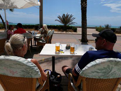 Una pareja de turistas en una terraza en Palma, este martes.