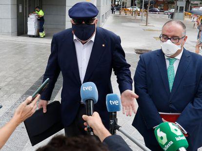 El comisario jubilado José Manuel Villarejo, a la izquierda, acompañado por su abogado, Antonio García Cabrera, a la salida de la Audiencia Nacional, el 6 de julio de 2021.