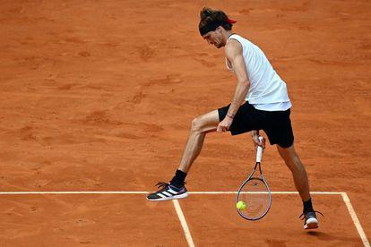 Zverev golpea la bola de forma acrobática durante la semifinal contra Thiem.