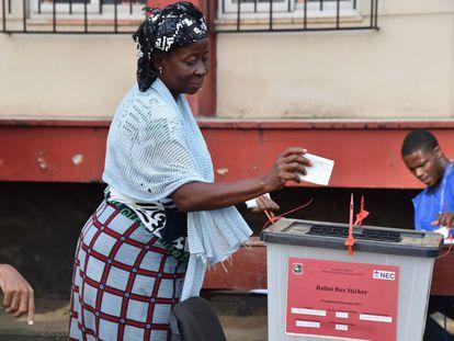 Una mujer deposita su voto para las elecciones presidenciales y legislativas celebradas en Liberia, las primeras desde 1943.