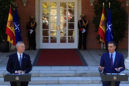 El presidente del Gobierno, Pedro Sánchez, junto al secretario general de la OTAN, Jens Stoltenberg, tras su reunión del pasado viernes en La Moncloa.