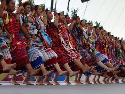 Un grupo de mujeres baila durante el festival de La Guelaguetza, en Oaxaca, el 23 de julio de 2018.
