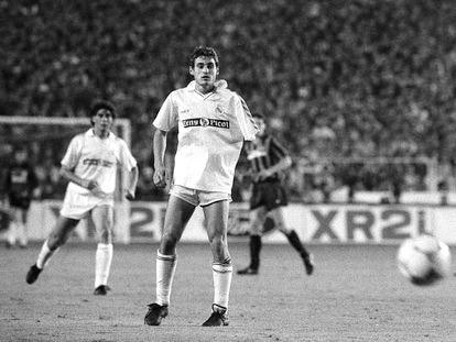 Paco Llorente, con el brazo en cabestrillo ante el Milan en el Bernabéu en 1989.