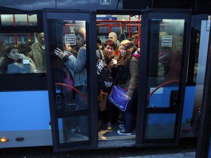 Pasajeros de autobús de la EMT en diciembre de 2012.