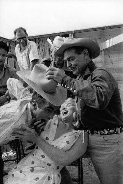 Arthur Miller, Montgomery Clift, Clark Gable y Marilyn Monroe, durante el rodaje de <i>Vidas rebeldes</i> (1961), de John Huston.