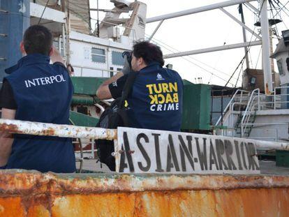 Agentes de Interpol en el buque Asian Warrior (antes Kunlun) en Dakar en una operación contra la pesca ilegal.