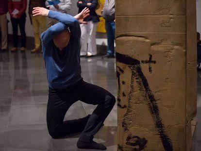 Cesc Gelabert baila junto a una pieza de Tàpies.