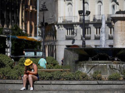 La ciudad de Madrid vive este lunes una nueva jornada de altas temperaturas que obliga a los madrileños a buscar refugio en bancos a la sombra, zonas verdes y fuentes de la ciudad.
