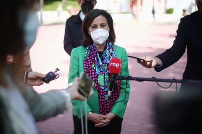 La ministra de Defensa, Margarita Robles, responde a los medios durante su visita a la Agrupación de Infantería de Madrid, el pasado lunes.