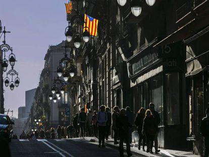 Algunas balcones de la calle de Ferran, en Barcelona, exhiben banderas independentistas