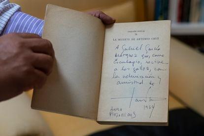 Una copia de 'La muerte de Artemio Cruz', de Carlos Fuentes, dedicada a Gabriel García Márquez en la biblioteca del escritor colombiano en Ciudad de México.