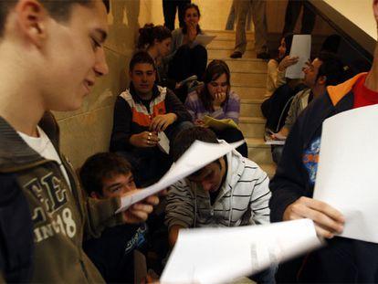 Estudiantes se preparan para el examen de Selectividad en la Facultad de Odontología de la Complutense.