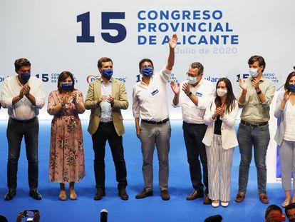 Carlos Mazón, con la mano alzada. A su izquierda, el presidente del PP, Pablo Casado e Isabel Bonig en el congreso de Alicante.