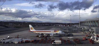 Un avión de Iberia en una pista de la Terminal T4 de Barajas.