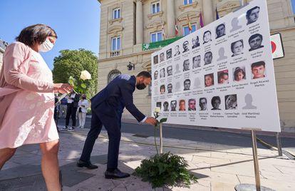 La consejera de Igualdad, Justicia y Políticas Sociales del Gobierno vasco, Beatriz Artolazabal, y el delegado del Gobierno en Euskadi, Denis Itxaso, durante homenaje a las 39 víctimas de Henri Parot.