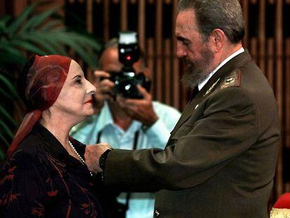 El presidente de Cuba, Fidel Castro, condecora a la bailarina Alicia Alonso en la ceremonia que se celebró en el Palacio de la Revolución en La Habana, en 1998