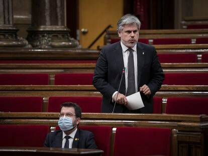 Pere Aragonès y Albert Batet, en el Parlament de Cataluña.