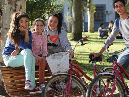Un grupo de jóvenes con bicicletas en Montevideo.