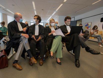 Abogados de la Comisión Europea en el litigio contra AstraZeneca, el 4 de junio en el Palacio de Justicia de Bruselas.