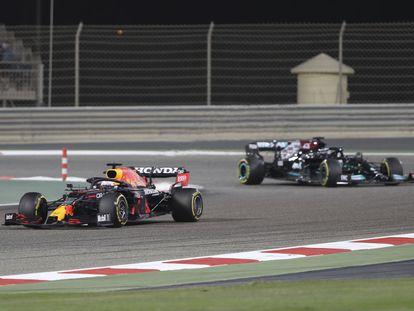 Max Verstappen seguido de Lewis Hamilton durante el Gran Premio de Bahréin este domingo.