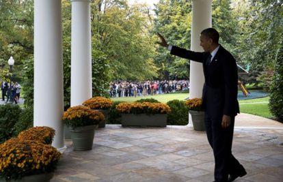 Barack Obama saluda a varios visitantes de la Casa Blanca.