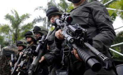 Mujeres de los grupos especiales de la policía de colombiana, este lunes en Bogotá.