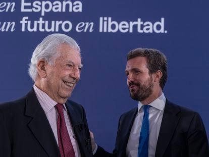 El presidente del PP, Pablo Casado, junto a Mario Vargas Llosa, premio Nobel de Literatura, en la Convención del PP, este jueves.