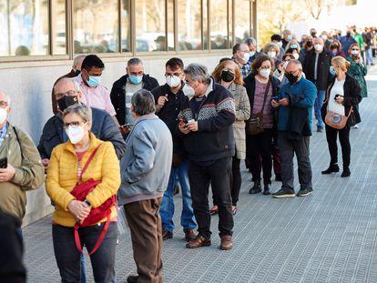 Colas para vacunarse en el centro de atención primaria Casernes (Barcelona) este miércoles.