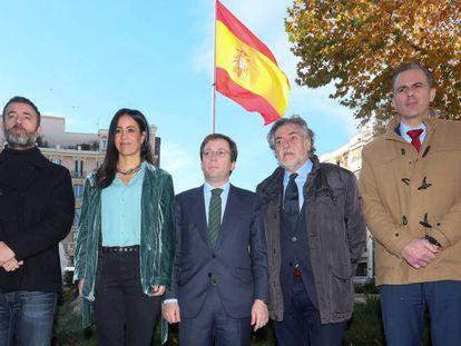 El alcalde de Madrid, en el centro, rodeado de los líderes del resto de grupos políticos del Ayuntamiento de Madrid, este martes. En vídeo, declaraciones de Martínez-Almeida.