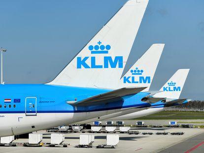 Aviones de KLM aparcado en el aeropuerto de Ámsterdam-Schipol, el pasado abril.