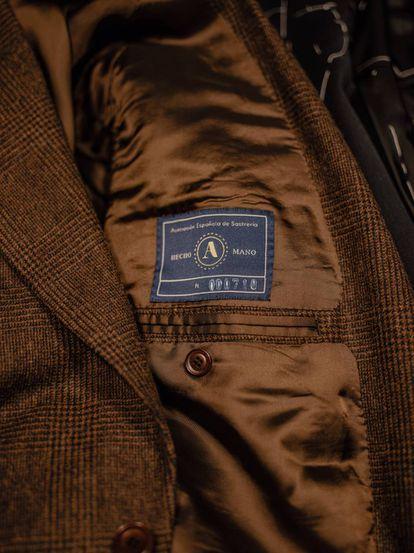 Sello de calidad de sastrería artesanal concedido por AES en el interior de una chaqueta de la sastrería Serna (Madrid).